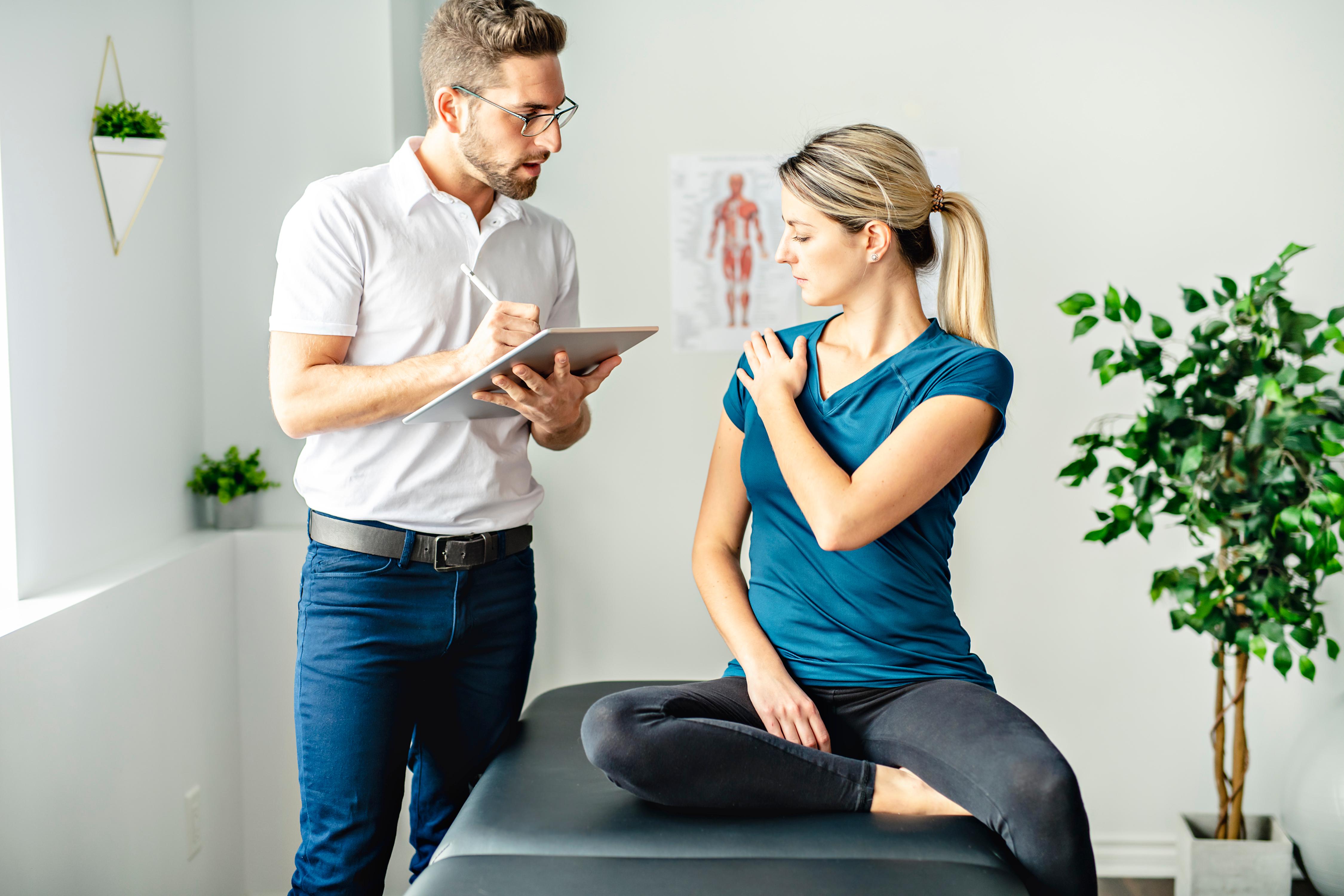 Chiropraticien aidant une jeune cliente